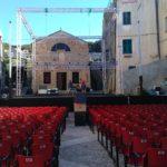 montaggio scene de L'avaro con i tecnici di Arca Azurra Teatro